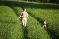 Donna che cammina con il cane Fotografie Stock