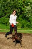 Donna che cammina con il cane Fotografie Stock Libere da Diritti