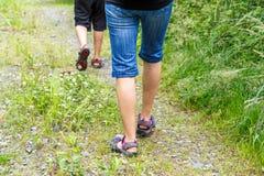 Donna che cammina con il paese trasversale del figlio Immagini Stock Libere da Diritti
