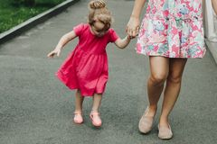 Donna che cammina con la bambina fotografia stock libera da diritti