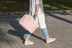 Donna che cammina con la borsa di mattina Immagini Stock Libere da Diritti