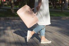 Donna che cammina con la borsa di mattina Fotografia Stock Libera da Diritti