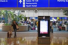 Donna che cammina con la valigia, lo schermo concentrare dell'ospite e la vista superiore del segno blu di registrazione ad Orlan immagini stock libere da diritti