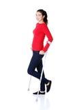 Donna che cammina con le grucce Fotografie Stock Libere da Diritti