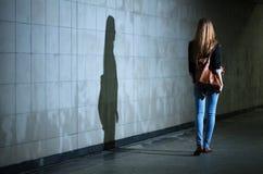 Donna che cammina da solo alla notte Fotografia Stock Libera da Diritti