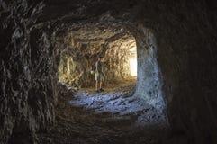 Donna che cammina dentro un tunnel della strada di 52 gallerie, Venet Immagine Stock Libera da Diritti