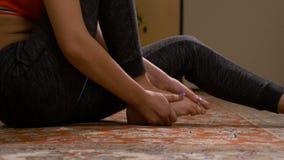 Donna che cammina e che cade dal dolore improvviso del piede che ha una distorsione della caviglia archivi video