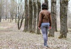 Donna che cammina giù il vicolo Fotografie Stock