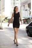 Donna che cammina giù la via Immagini Stock Libere da Diritti