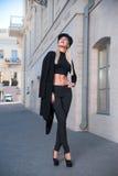 Donna che cammina giù la via fotografia stock