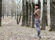 Donna che cammina giù il vicolo Immagini Stock