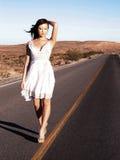 Donna che cammina la riga Immagini Stock