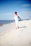 Donna che cammina la spiaggia Fotografie Stock Libere da Diritti