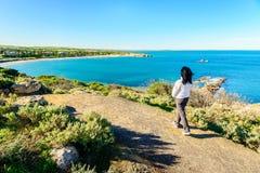 Donna che cammina lungo la pista in porto Elliot, Australia Meridionale Immagini Stock Libere da Diritti