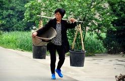Pengzhou, Cina: Secchi di acqua di trasporto della donna Immagine Stock Libera da Diritti