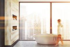 Donna che cammina nel bagno panoramico immagini stock libere da diritti