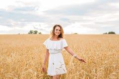 Donna che cammina nel concetto del frumento circa la natura, l'agricoltura e la gente Fotografia Stock Libera da Diritti