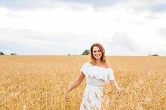 Donna che cammina nel concetto del frumento circa la natura, l'agricoltura e la gente Immagine Stock
