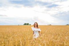 Donna che cammina nel concetto del frumento circa la natura, l'agricoltura e la gente Fotografie Stock