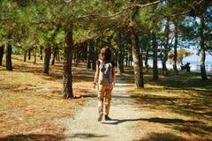 Donna che cammina nel parco Fotografia Stock