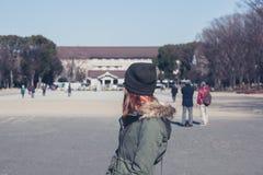 Donna che cammina nel parco di Ueno Immagine Stock