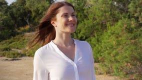 Donna che cammina nel parco verde che la alza armi su Mani outstretching del viaggiatore femminile al rallentatore archivi video