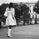 Donna che cammina nel ponte delle arti a Parigi Fotografie Stock Libere da Diritti