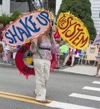 Donna che cammina nel Wellfleet quarto della parata di luglio in Wellfleet, Massachusetts Fotografie Stock