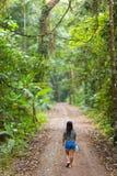 Donna che cammina nella giungla Immagini Stock Libere da Diritti