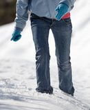 donna che cammina nella neve profonda Fotografia Stock Libera da Diritti