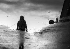 Donna che cammina nella riflessione Immagine Stock Libera da Diritti