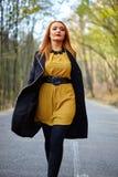 donna che cammina nella sosta Fotografia Stock Libera da Diritti