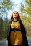 donna che cammina nella sosta Fotografie Stock Libere da Diritti