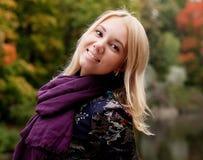 Donna che cammina nella sosta di autunno Immagini Stock