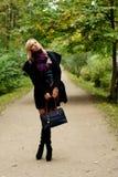 Donna che cammina nella sosta di autunno Fotografia Stock Libera da Diritti