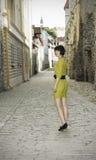 Donna che cammina nella vecchia città di Tallinn Fotografie Stock
