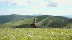 Donna che cammina nelle montagne stock footage