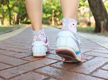 Donna che cammina o che corre sulla strada Fotografie Stock Libere da Diritti