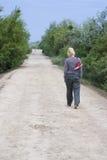 Donna che cammina a piedi nudi fotografia stock libera da diritti