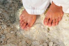 Donna che cammina a piedi nudi sulla spiaggia Fotografia Stock