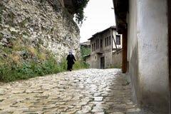 Donna che cammina in Safranbolu fotografie stock libere da diritti