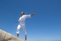 Donna che cammina su una collina Fotografie Stock Libere da Diritti