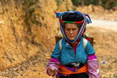 Donna che cammina su una strada polverosa Vietnam fotografie stock libere da diritti