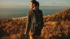 Donna che cammina su una traccia del paese fotografia stock