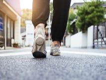 Donna che cammina su urbano all'aperto della via nella mattina immagini stock libere da diritti