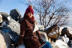Donna che cammina sul mare congelato fotografia stock libera da diritti