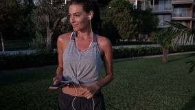 Donna che cammina sul territorio che riposa fra gli allenamenti all'aperto video d archivio
