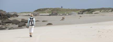 Donna che cammina sulla spiaggia Immagini Stock Libere da Diritti