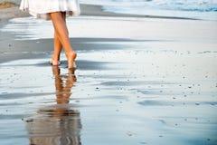 Donna che cammina sulla spiaggia della sabbia Fotografia Stock