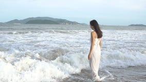 Donna che cammina sulla spiaggia di estate Ragazza asiatica multirazziale felice che va al mare video d archivio